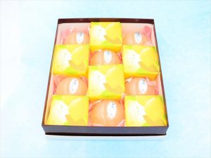 Fruits sherbet 12 pieces box - 6 of white peach sherbet and 6 of lemon sherbet